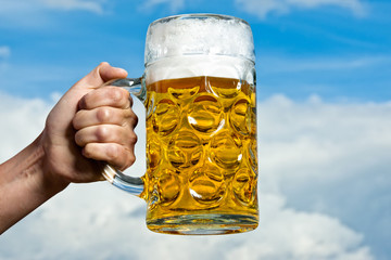 Wiesnbier und der blau weisse Himmel der Bayern