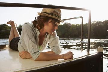 Deutschland, Berlin, Frau jung liegen auf Motorboot