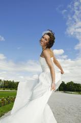 Deutschland, Bayern, Braut tanzen im Park, lächeln, Porträt
