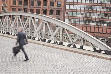 Deutschland, Hamburg, Drei Geschäftsleute über Brücke gehen
