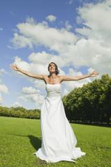 Deutschland, Bayern, Braut im Park mit Arme ausstrecken, lächeln, Porträt