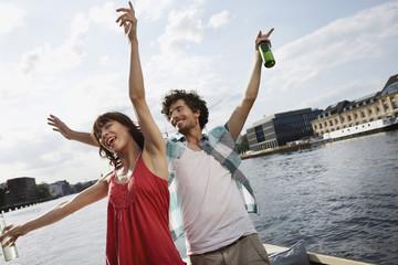 Deutschland, Berlin, Junges Paar auf dem Motorboot, Spaß