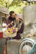 Deutschland, Bayern, München, Viktualienmarkt, Paar von Brunnen halten Korb mit Blumen, Porträt