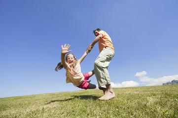 Italien, Südtirol, Vater und Tochter spielen zusammen