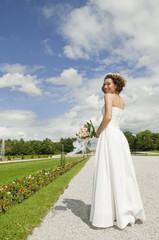 Deutschland, Bayern, Braut im Park mit Blumenstrauß, lächeln, Porträt