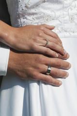 Deutschland, Bayern, Braut und Bräutigam mit Eheringen, close-up