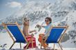 Österreich, trinken Salzburger Land, Paar sitzt im Liegestuhl, Champagner