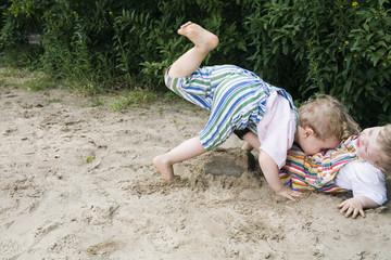 Deutschland, Zwei Jungen Kleinkind spielen zusammen im Sandkasten