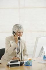 Senior Frau mit Telefon