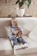 Deutschland, Mädchen mit Stofftier, sitzen auf dem Sofa