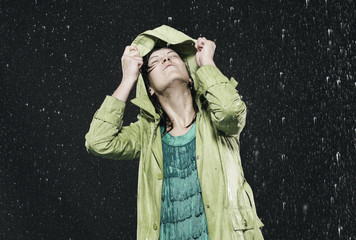 Frau mit Kapuze im Regen, Wetter