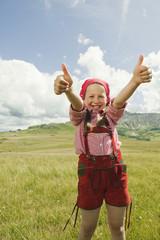 Italien, Seiseralm, Mädchen in der Wiese, die Daumen hoch, lächeln, Porträt