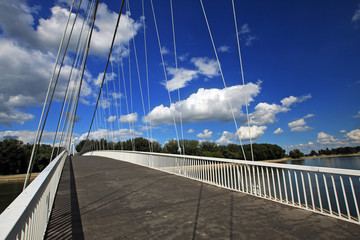 ponte moderno nel parco di Osijek, croazia