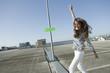 Deutschland, Berlin, Frau jung auf verlassenen Parkdeck tanzen, lächeln, Porträt