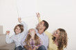 Deutschland, Familie halten leer schild in der Hand, lächeln, Porträt