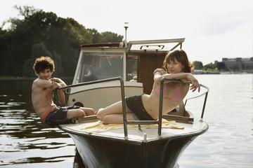 Deutschland, Berlin, Junges Paar auf Motorboot