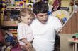 Deutschland, Vater und Sohn Kleinkind im Spielzeugladen, Portrait