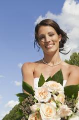 Deutschland, Bayern, Braut mit Blumenstrauß, Portrait, close-up