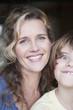Deutschland, Porträt von Mutter und Sohn, Junge Grimassen, close-up