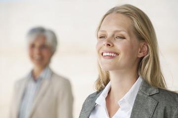 Zwei Geschäftsfrauen, Lächeln, Portrait