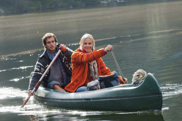 Österreich, Obertauern, Junges Paar, Kajak auf einem See
