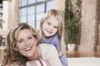 Deutschland, Mutter und Tochter zu Hause, lächeln, Porträt, Nahaufnahme