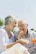 Spanien, Mallorca, Senior Frau füttern Trauben Senior Mann, lachen, Porträt