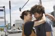 Deutschland, Berlin, Junges Paar umarmen, lachen, Portrait, close-up