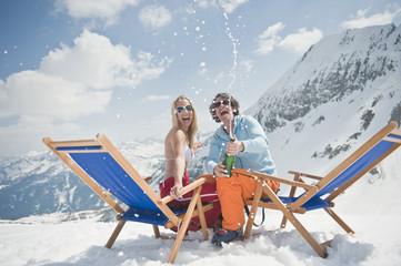 Österreich, Salzburger Land, Junges Paar mit Champagner feiert