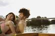 Deutschland, Berlin, Junges Paar auf dem Motorboot, Mann mit Kopfhörern, Portrait, close-up