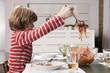 Deutschland, Junge serviert Spaghetti, Seitenansicht
