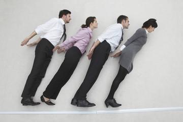 Vier Geschäftsleute, nebeneinander und schräg