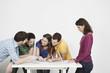 Freunde diskutieren und mit Laptop