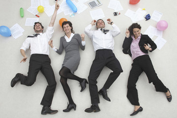 Büroangestellte nebeneinander aufgereiht, feiern eine Party