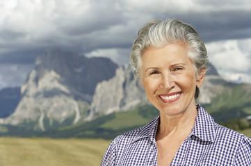 Italien, Seiseralm, Frau, Seniorin lächeln, Portrait, close-up