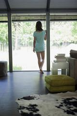 Deutschland, Frau stehen am Fenster, Rückansicht