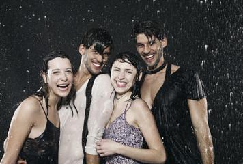 Freunde genießen den Regen, Wetter, lächelnd
