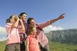 Italien, Südtirol, Familie mit Kindern, Mädchen schauen Fernglas, Portrait