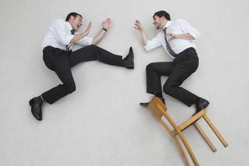 Zwei Geschäftsleute kämpfen, Seitenansicht