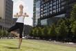 Deutschland, Berlin, Frau jung, die Ausübung von Yoga, Lächeln, Portrait