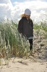 Mädchen läuft in den Dünen