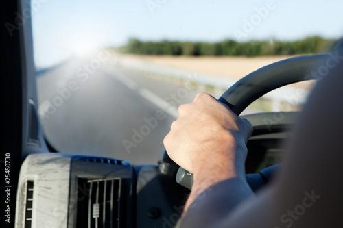 mano de conductor y carretera