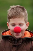 Silly uśmiech chłopca w czerwonym nosem klauna