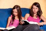 deux soeurs complices qui lisent ensemble poster