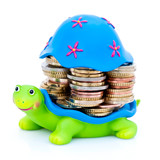 Tortue avec piles de monnaie sous sa carapace