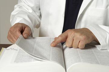 Arzt schaut in ein Buch