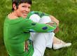 femme de 50 ans assise dans l'herbe
