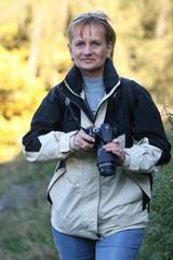Frau über 50 beim Fotografieren