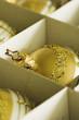 Goldene Weihnachtskugeln im Karton