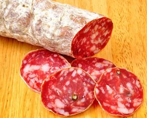 Salame affettato su tagliere di legno